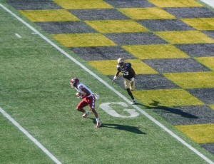 WR Ventell Bryant catches a pass and circles back around Navy defender for a 14-0 Temple Owl lead.